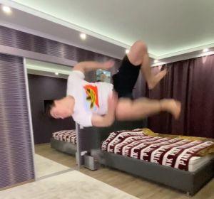 El impresionante salto mortal de un gimnasta en su casa