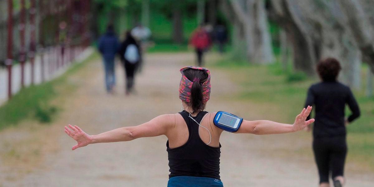 Una mujer hace ejercicio este sábado en el inicio de las nuevas medidas de alivio del confinamiento
