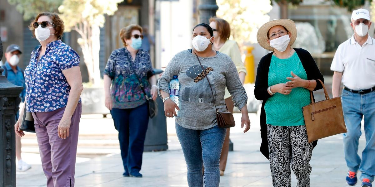 Varias mujeres con mascarillas