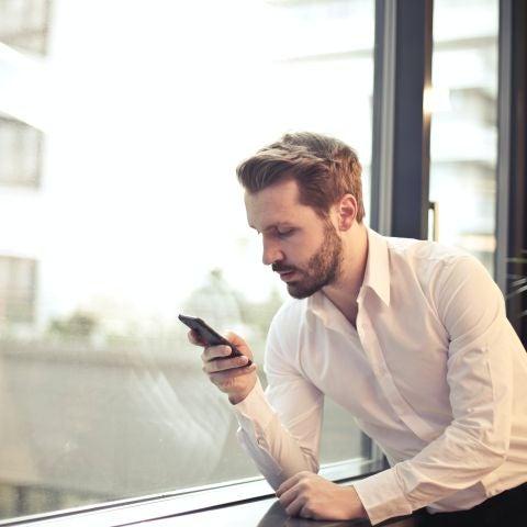Un hombre mirando su teléfono