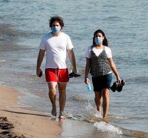 Una pareja pasea por las playas de Valencia