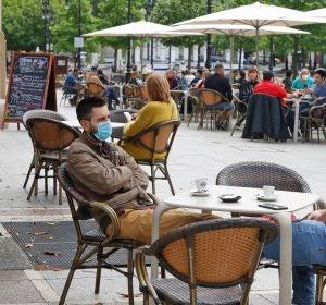 Imagen de personas en una terraza