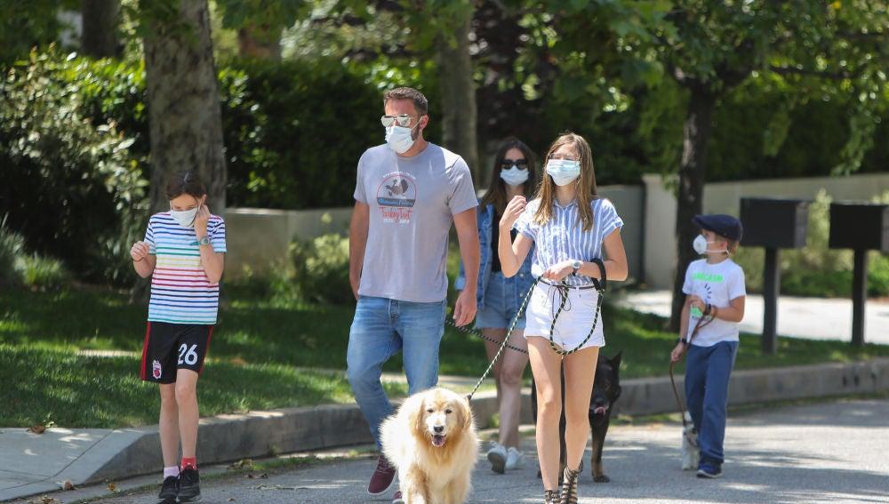 Ana de Armas y Ben Affleck paseando con los hijos del actor
