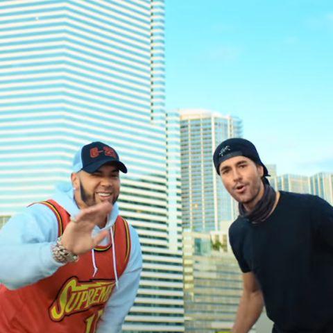 Anuel AA y Enrique Iglesias en el videoclip de 'Fútbol y Rumba'