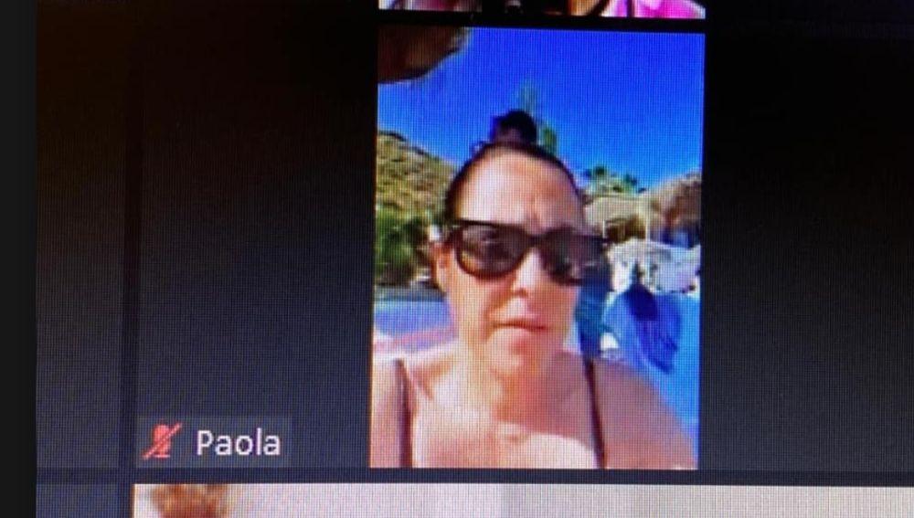 Paola Moreno, concejala de Hacienda en Torrox, participando en un pleno telemático desde la playa