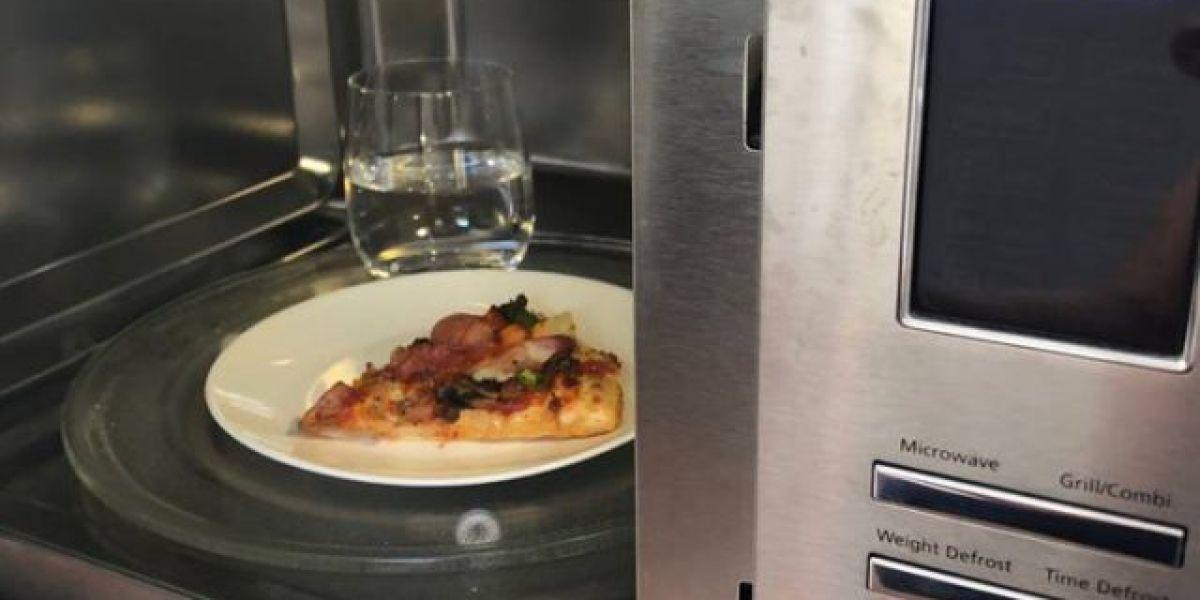 Truco para calentar la pizza en el microondas