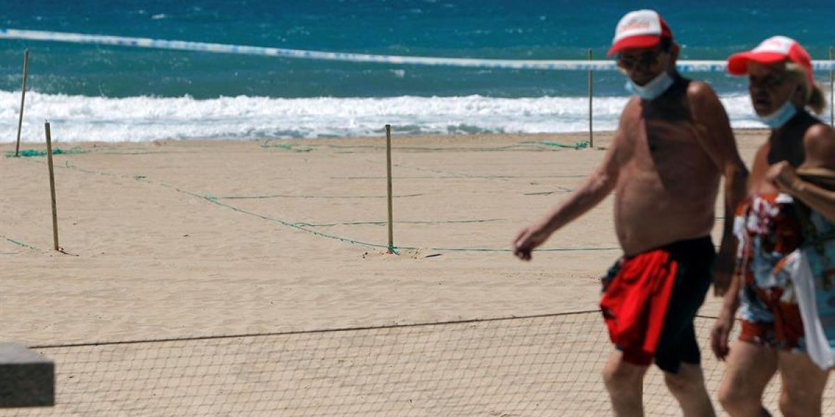 Señalización en la playa de Benidorm para parcelar la arena