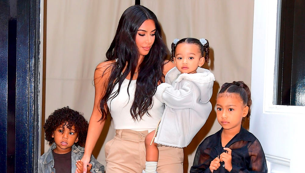 Kim Kardashian con tres de sus hijos