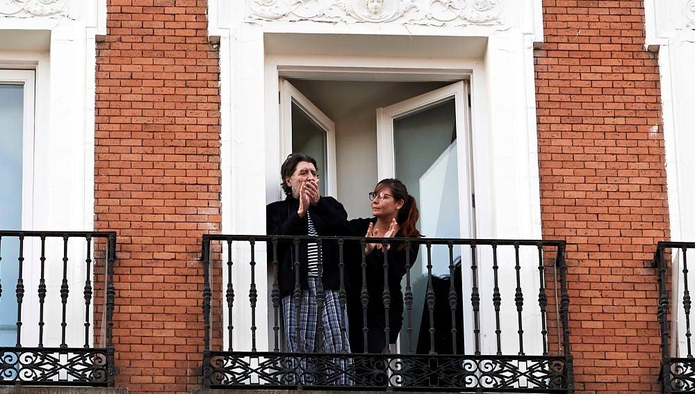 Joaquín Sabina y Jimena Coronado aplauden desde el balcón