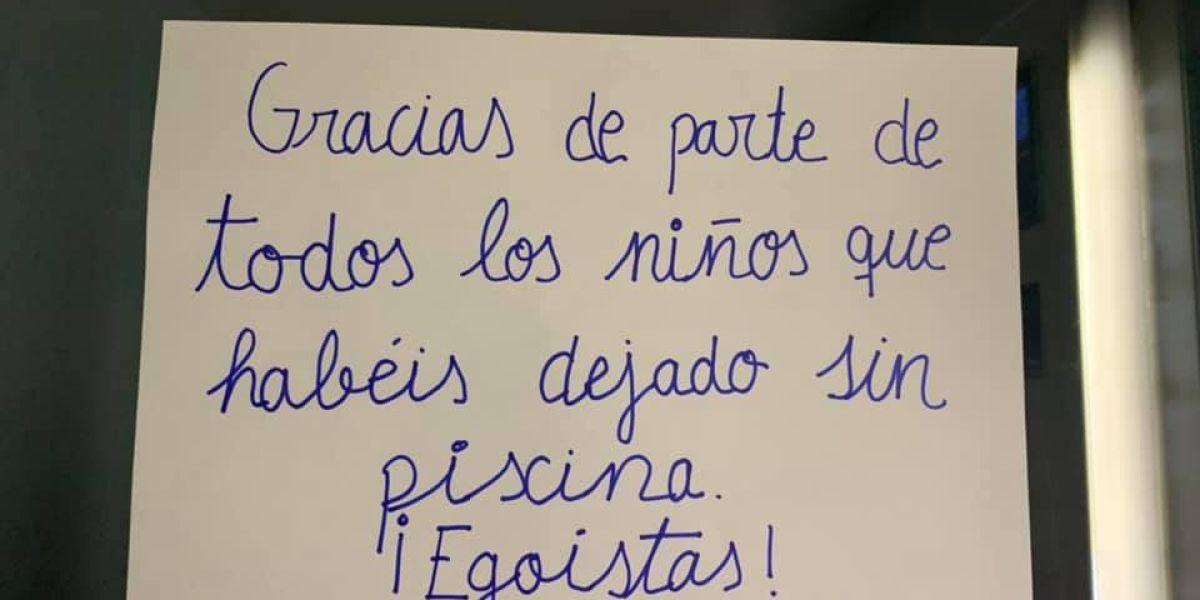 Cartel de los niños indignados en la urbanización de Jerez