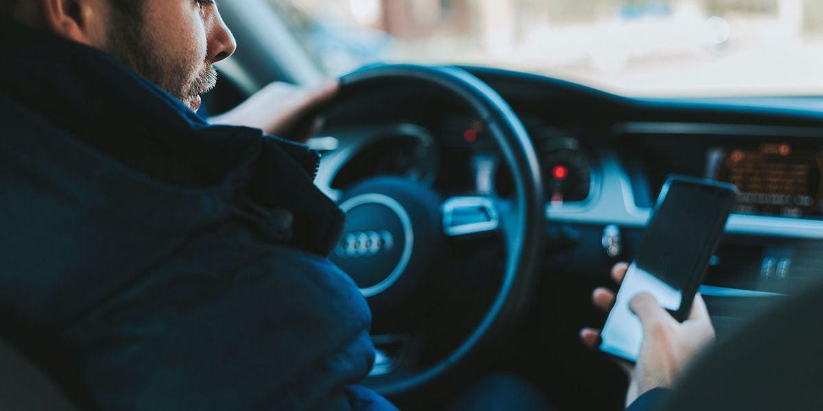 Con el móvil en el coche