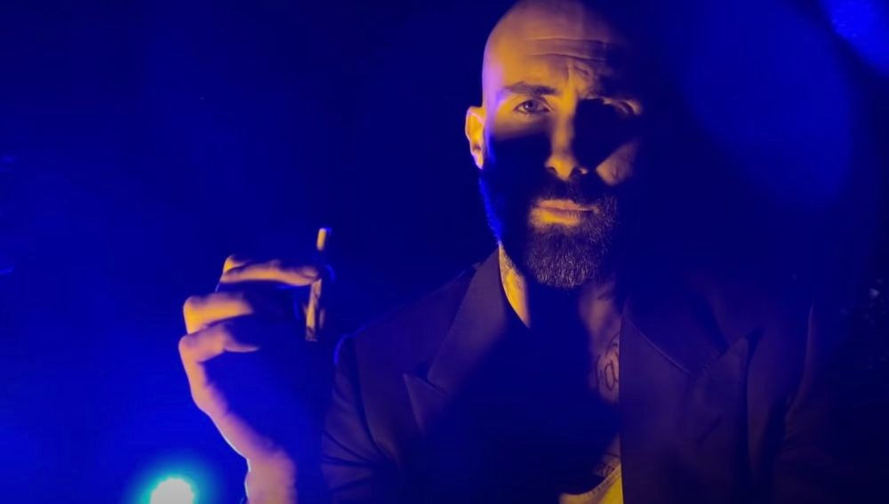 Adam Levine en el vídeo de Nobody's Love