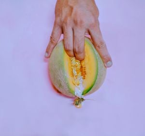 Dedos introduciéndose en un melón