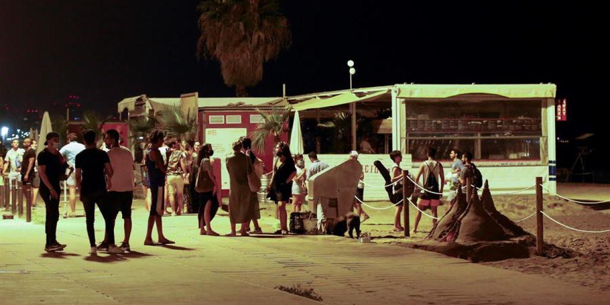 Jóvenes en la playa de la Barceloneta, en Barcelona