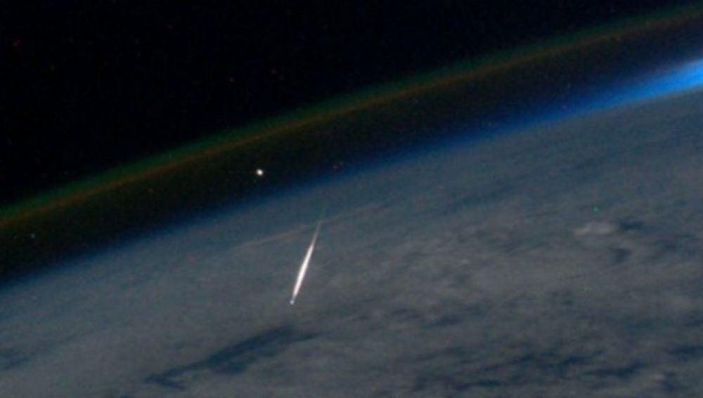 Imagen de un meteoro de las perseidas tomada el 13 de agosto de 2011 desde la Estación Espacial Internacional