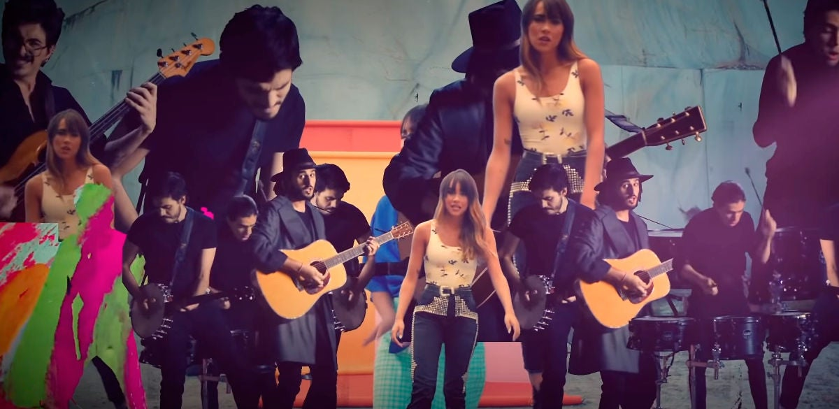 Aitana y Morat en el vídeo de 'Más de lo que aposté'