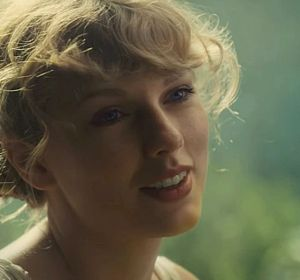 Taylor Swift en el vídeo de 'Cardigan'
