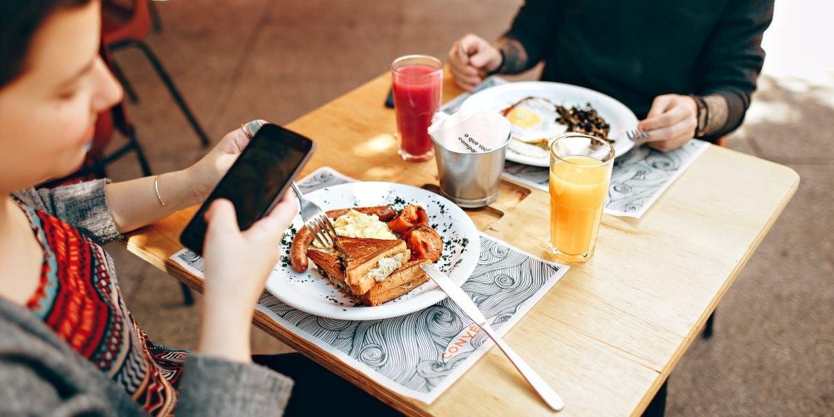 Una persona fotografiando su comida