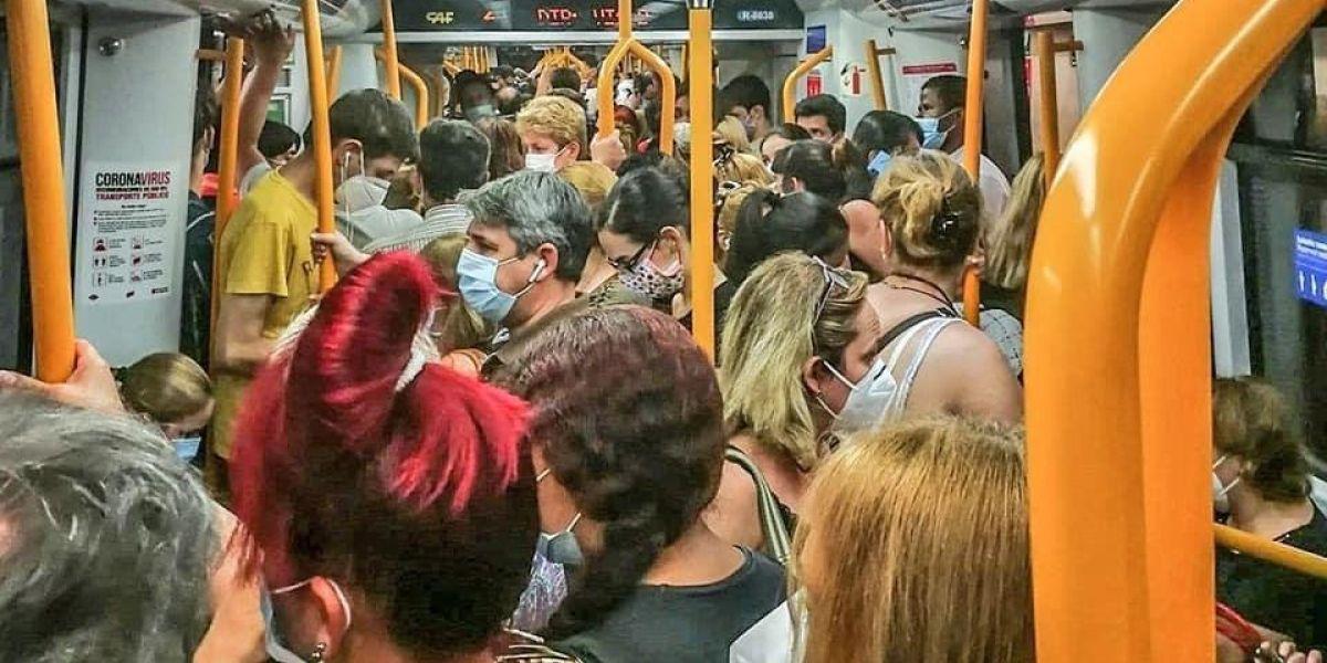 """Las redes arden por las aglomeraciones en el metro de Madrid: """"Esta gente va a trabajar, no va de copas"""""""