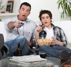 Dos chicos viendo la televisión