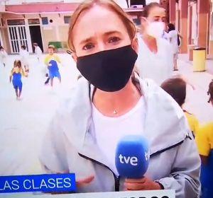 Una reportera de TVE durante un directo