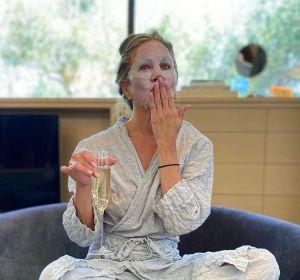 Jennifer Aniston, en pijama y mascarilla, antes de la gala de los Emmy 2020