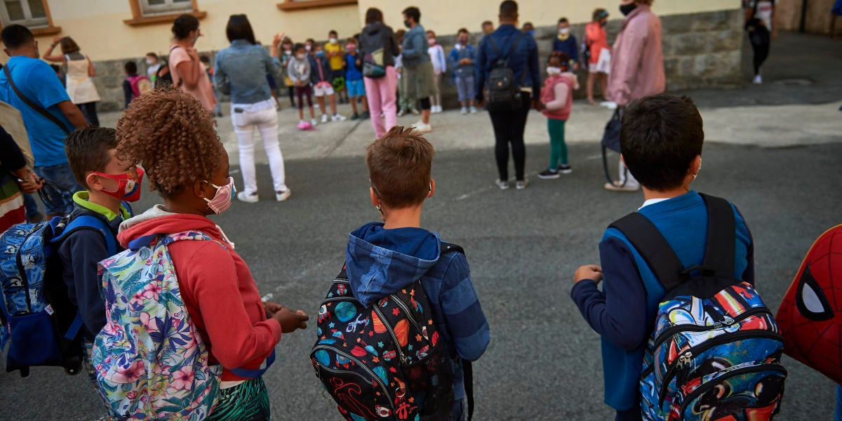 Alumnos volviendo al colegio con las nuevas medidas de seguridad