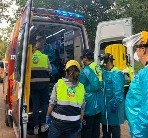 Emergencias Madrid retira en camilla a una mujer atacada por un gorila
