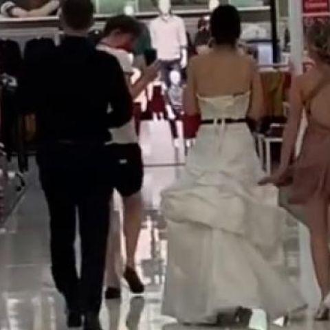 Aparece vestida de novia, con un cura y una dama de honor en el trabajo de su novio para obligarlo a casarse