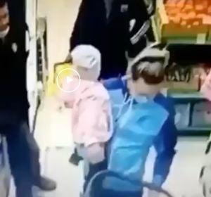 Una madre se confunde y coge en brazos a una niña que no es suya