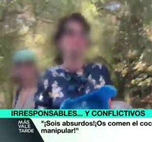 """Más Vale Tarde (09-11-20) Agreden a un reportero de laSexta durante una reunión de negacionistas en Sevilla: """"¿No habéis visto que tiene pluma?"""""""