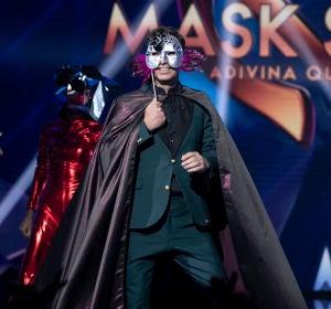 Sorpresa en 'Mask Singer': Màxim Huerta se escondía detrás de la Gamba y Javier Ambrossi y el Camaleón se retan a duelo por el amor de Javier Calvo