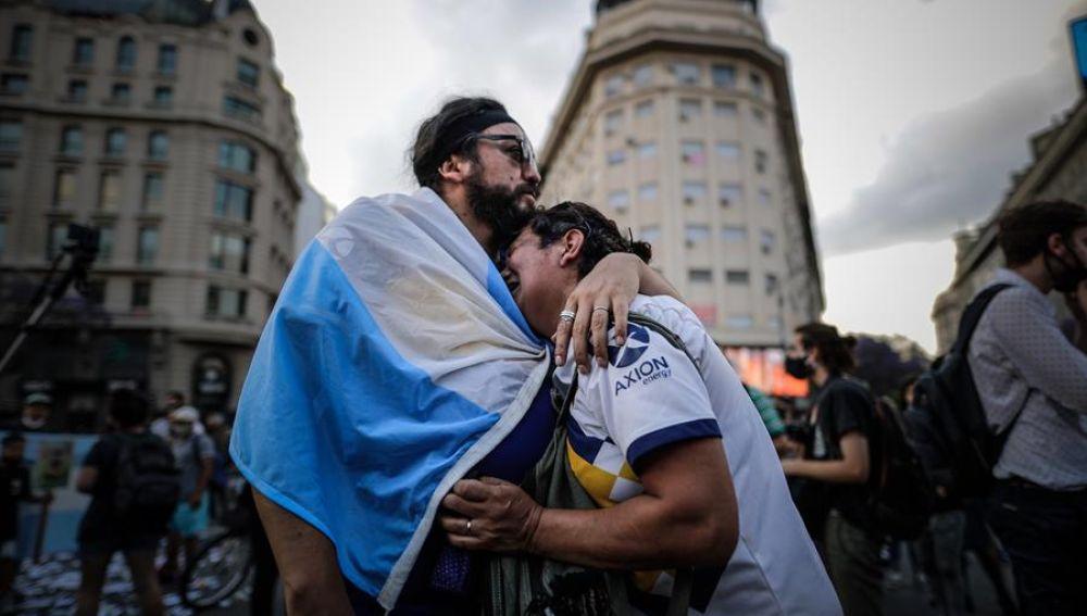 Una mujer llora a Diego Armando Maradona en Buenos Aires