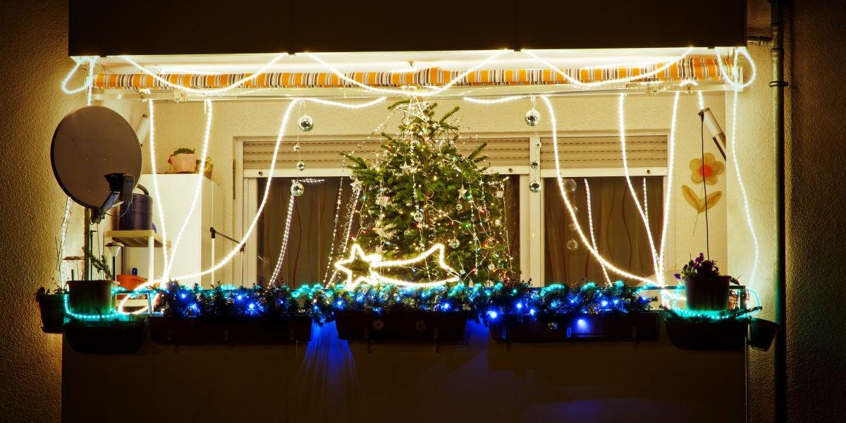 Un balcón con adornos navideños