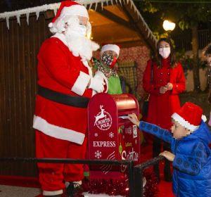 Niño echa la carta en el buzón de Papa Noel en Elche.