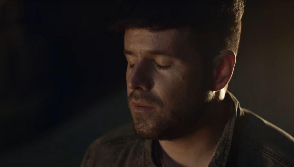 Pablo López en el vídeo de 'La niña de la linterna'