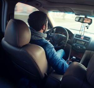 Hombre conduciendo con ropa de invierno