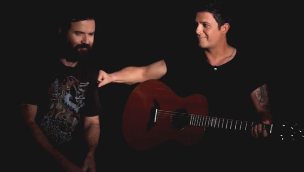 Pau Donés y Alejandro Sanz interpretando 'La quiero a morir'