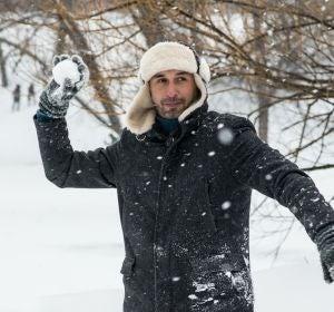 Un hombre lanzando una bola de nieve