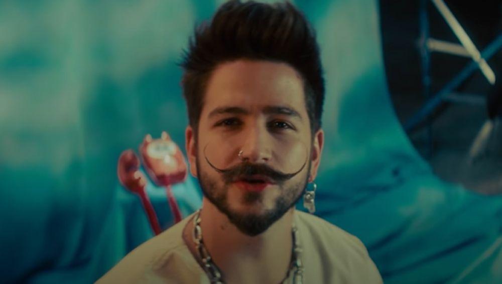 Camilo en su videoclip de 'Ropa Cara'