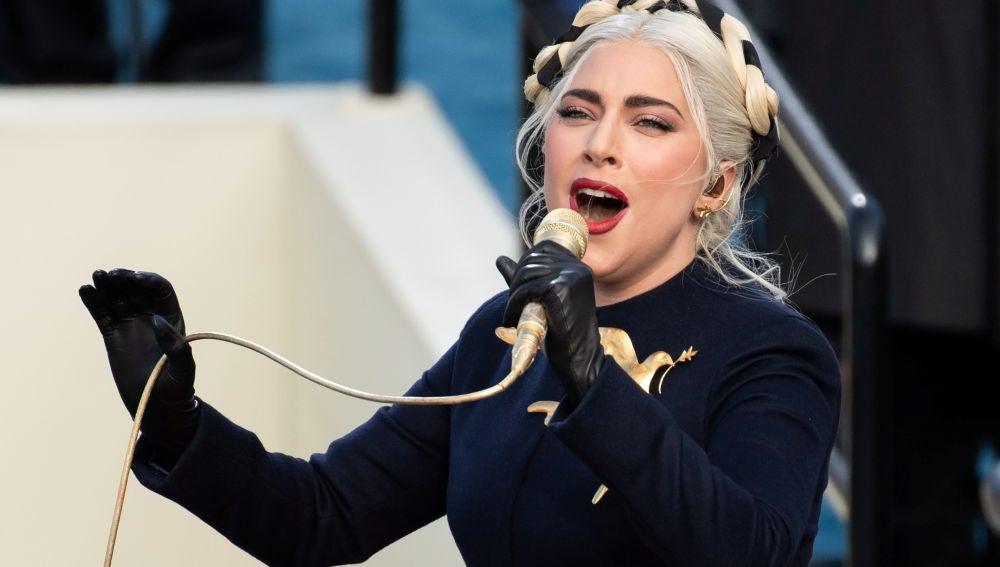 Lady Gaga interpreta el himno durante la toma de posesión