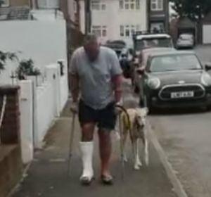 Gasta casi 400 euros en un veterinario porque su perro cojeaba y descubre que el animal estaba imitándole