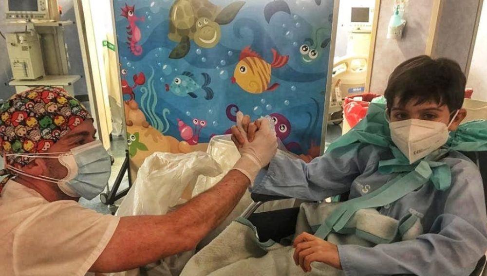 """El emotivo mensaje de un enfermero a un niño que venció al Covid, tras 11 días en la UCI: """"Mi héroe"""""""