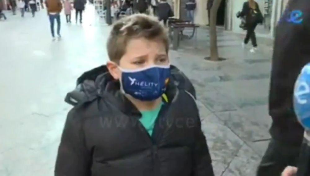 Niño entrevistado a pie de calle por el Día de San Valentín