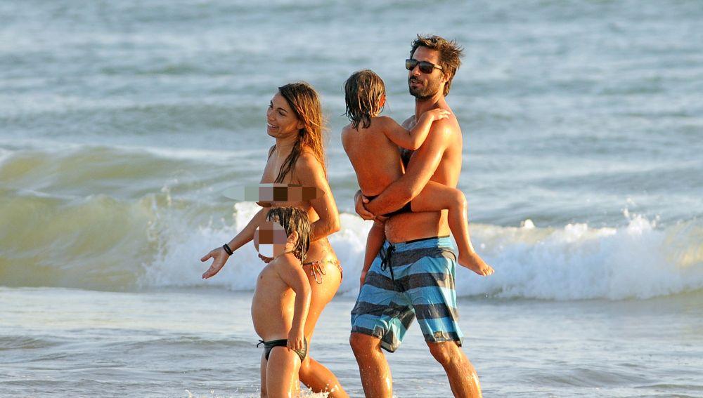 Hugo Silva con sus dos hijos en la playa