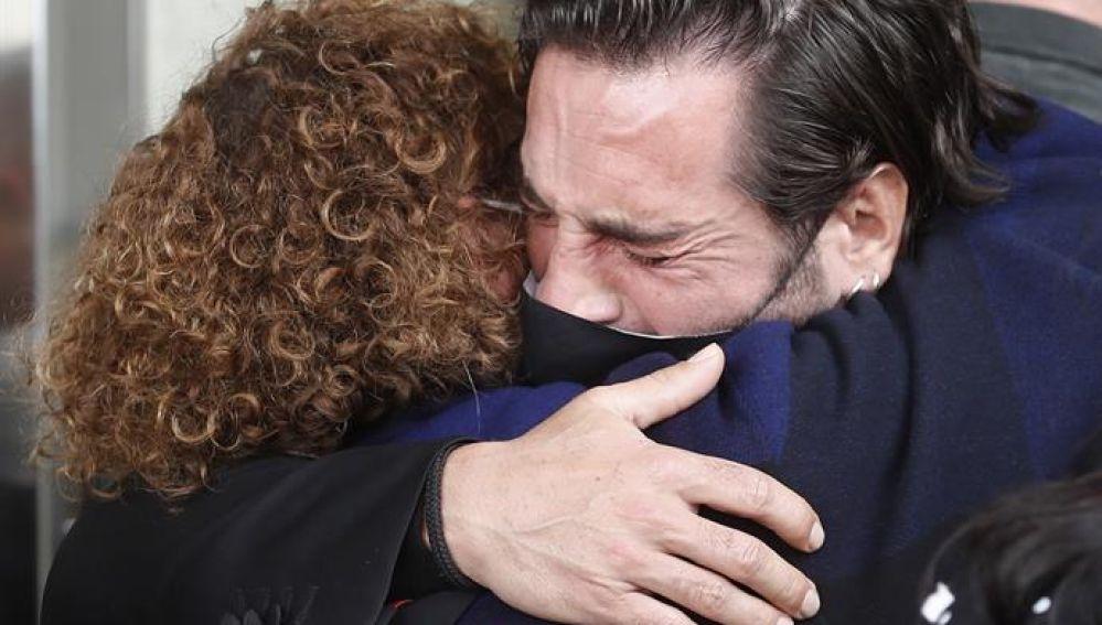 David Bustamante se abraza a la madre de Álex Casademunt en el funeral