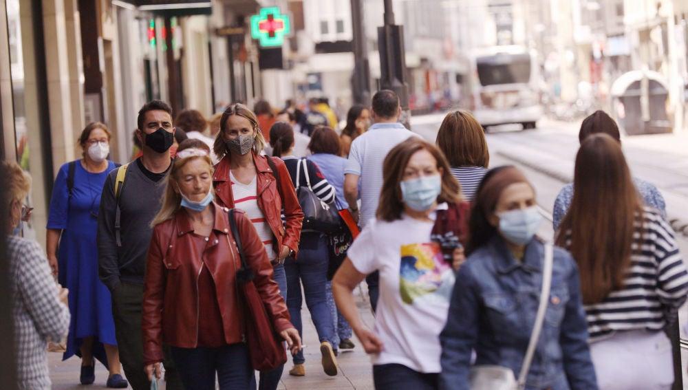Personas con mascarilla pasean por Vitoria