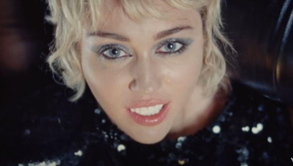 Miley Cyrus en su videoclip Angels Like You