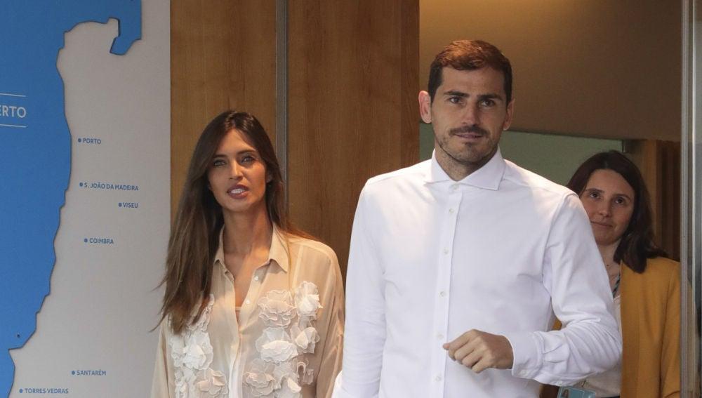 Iker Casillas saliendo del hospital tras sufrir un ataque al corazón