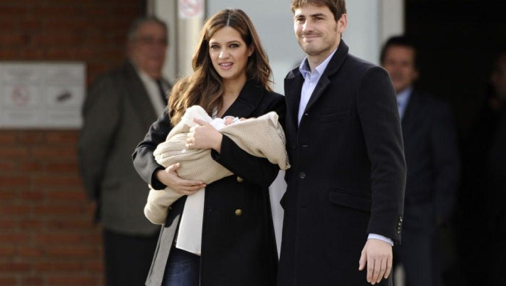Iker Casillas y Sara Carbonero presentando a su hijo Martin